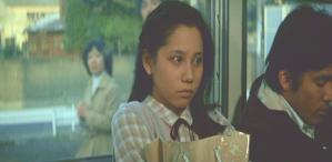 電車に乗っている恵子