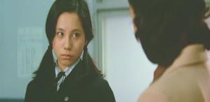 担任教師に少したしなめられている恵子