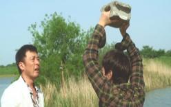 父親にブロックを投げつけようとする住田