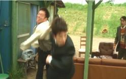 息子を殴る父親