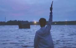 川に入って銃を発射する住田