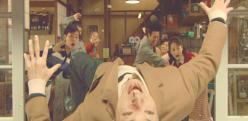 殴られて後ろに飛んでいく菊池先生
