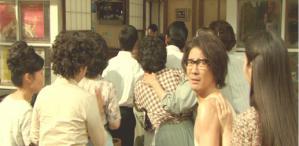 ヒロミに背中を押されて近所の人たちに混ざって鈴木家に行く茶川