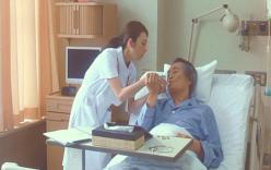 在りし日の7加賀の父親に水を飲ませる看護師の金森