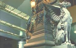 東京。日本橋の麒麟の翼の像