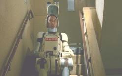 廊下で悩みながら待機しているロボジー