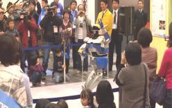 横で音楽に合わせて踊っているロボット