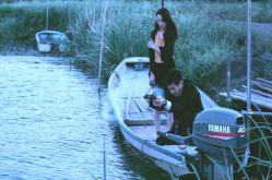 川でためし撃ちしている鵜川
