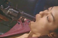 主犯の羽鳥に銃を口に入れられて