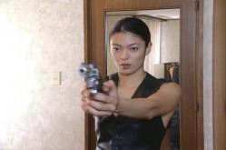 鏡の前で銃を構える