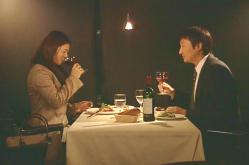 夫とワインを飲む麗子
