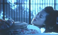 寝ているおみちの乳房をまさぐる男の手