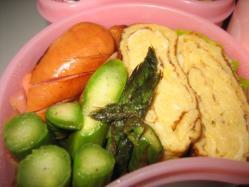 定番の卵焼きとウインナー、旬のアスパラ