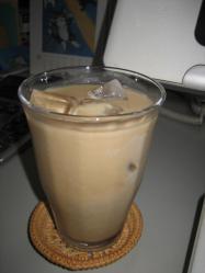朝はまずアイスカフェオレ♪