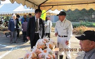 JA組合長と米田さん(柿コーナー)