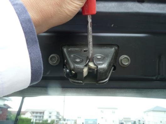 トランクルームランプスイッチ取り付け (4)