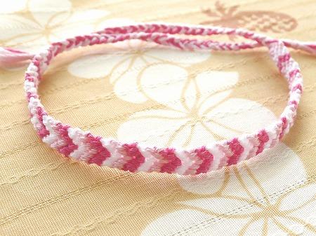 ピンクのV字模様ミサンガ