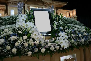 白基調の花祭壇1