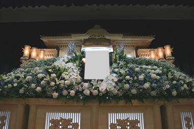 白基調の花祭壇2