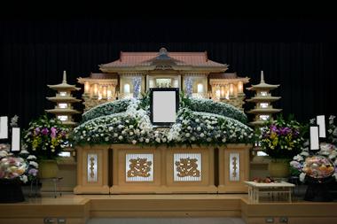 白基調の花祭壇3