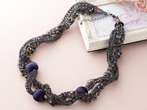 ラメ糸で編む藍色のツイストネックレス(レシピ付