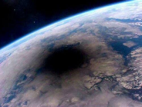 宇宙から見た金環日食