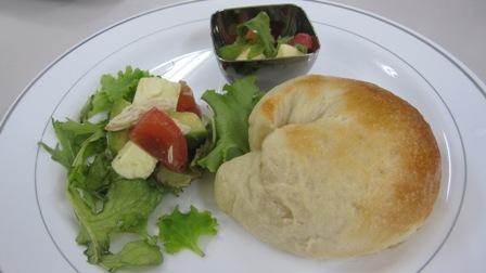 ベーグルと牛乳豆腐のサラダ