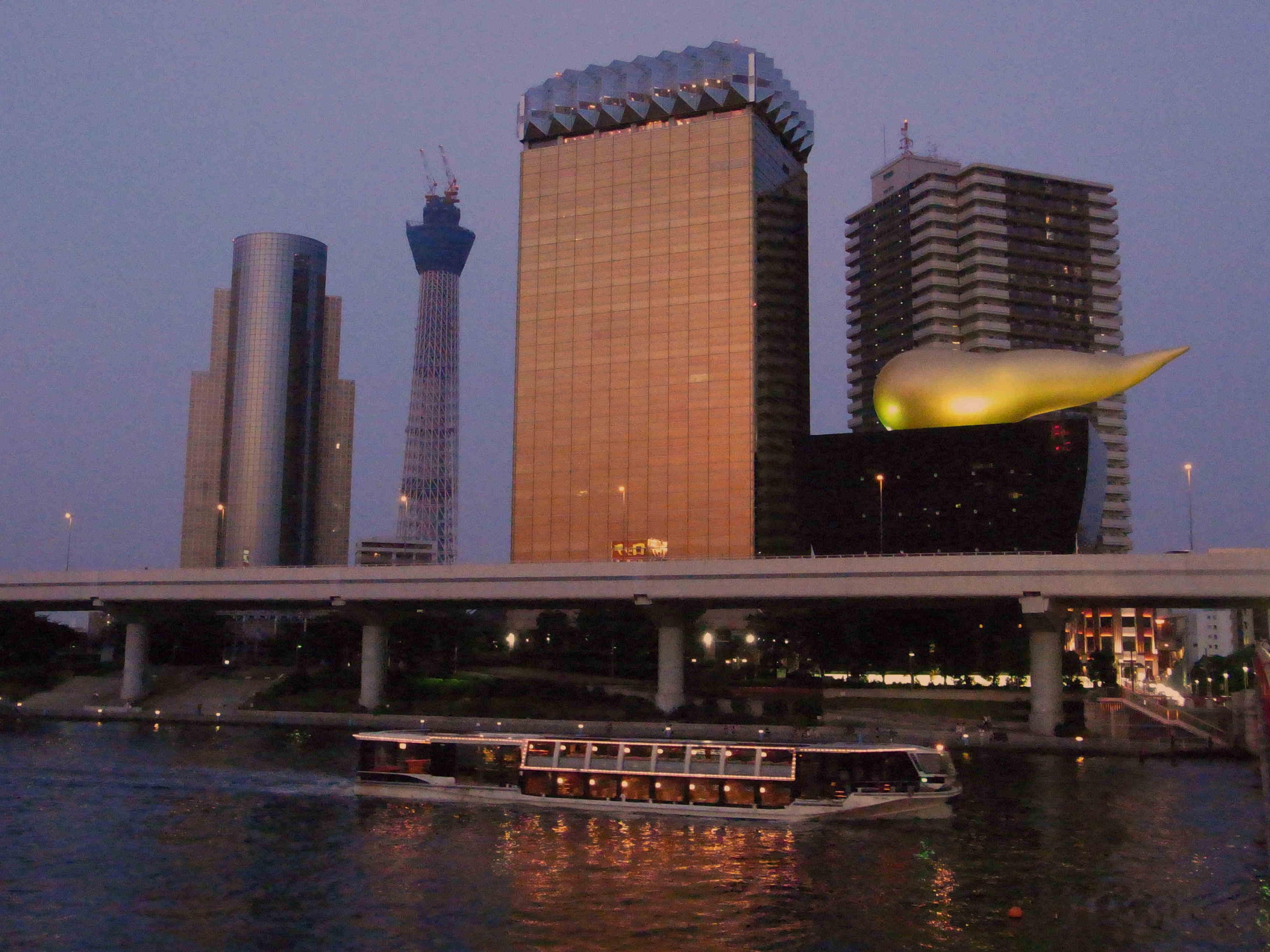 墨田区ビル群の前を通過する水上バス