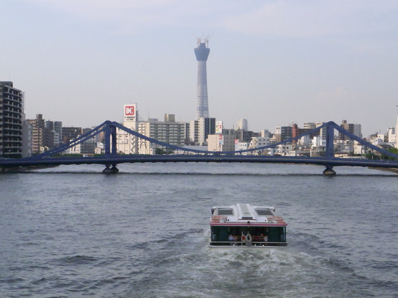 浅草・吾妻橋に向かう水上バス