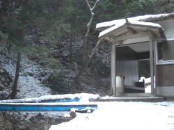 滝のそばの小屋