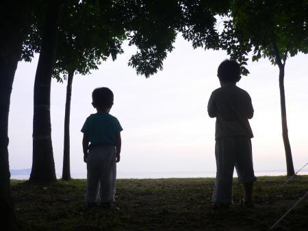朝の湖を眺める2人