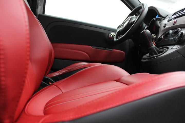 フィアットの赤いシート