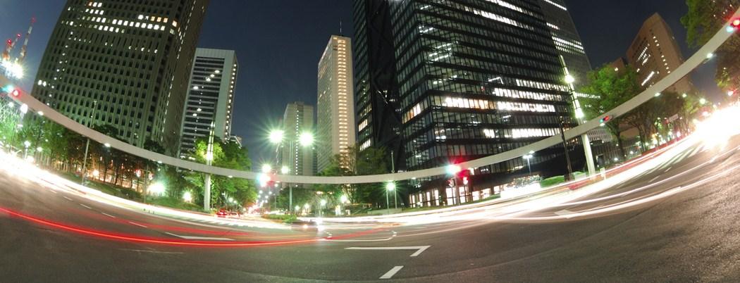 夜間の車のライトの残像