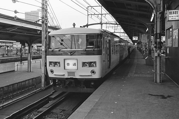600403東京駅_東海道本線185系普通列車1