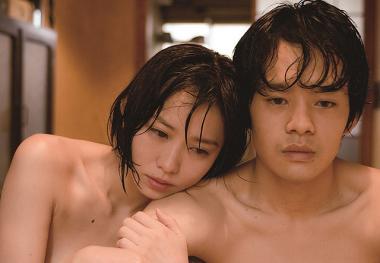 『海を感じる時』 序盤のシーン。裸で髪が濡れているのは雨に降られたからである。