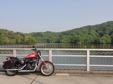 三河湖 ダム突堤上の道より