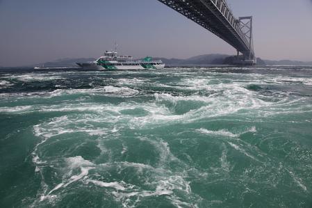 鳴門海峡の渦潮 渦潮観測船より
