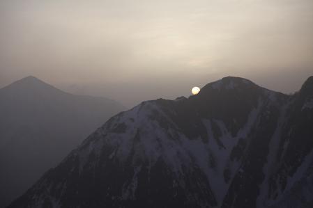 奥穂山荘への道中から朝日を望む