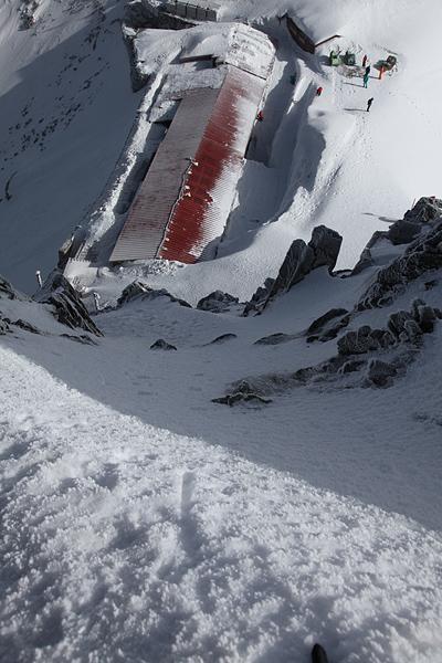 雪壁を途中から振り返る