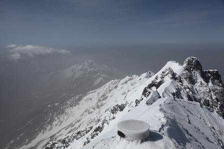 奥穂頂上からジャン、焼岳、乗鞍方面を望む