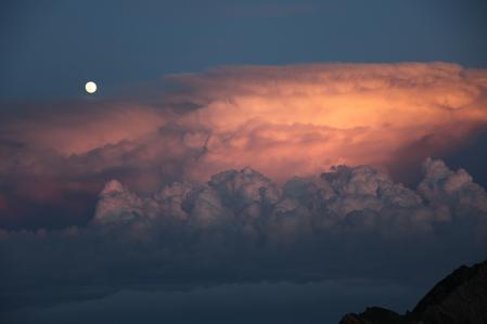 積乱雲と満月