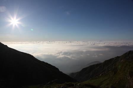 雲海を照らす朝日