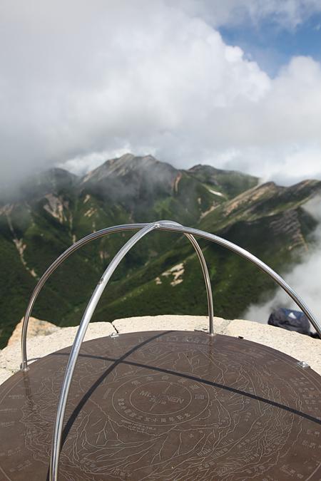 常念山頂の風景指示盤