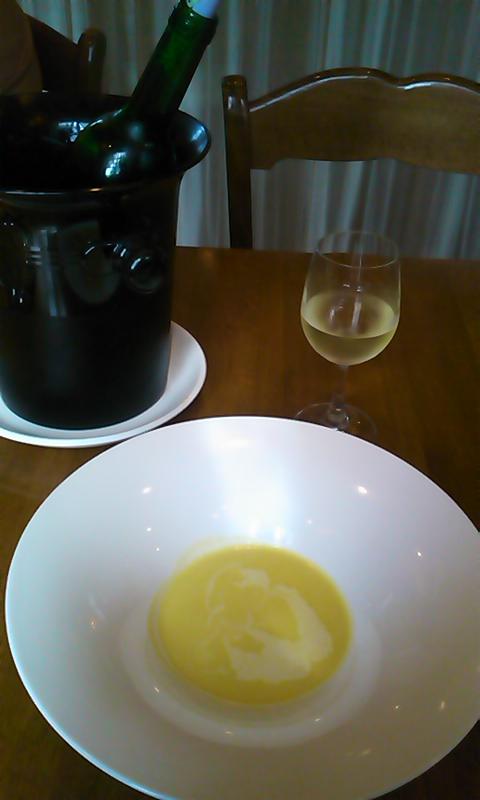トウモロコシのポタージュとボトルワイン白