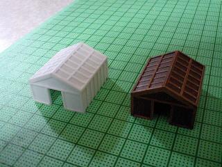 箱に組んだ小屋に1ミリ×0.5ミリのプラ材貼り付け