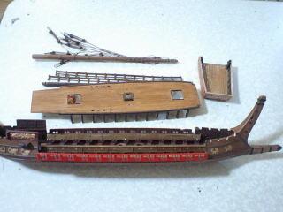 現存部品の全て。船首楼全損・オール全損。