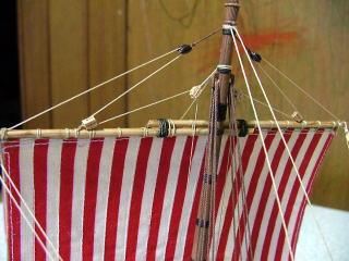 メインの四角帆の帆桁は焼き鳥の串製