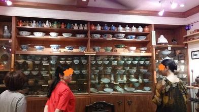 飲食茶具故事館説明受ける友人たち