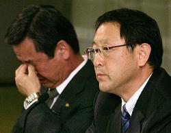 トヨタF1撤退:豊田章男社長(右)と山科忠専務(左)(2009年11月4日)