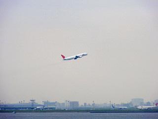 羽田を飛び立つジェット機